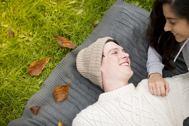 muž, žena, pletené věci, tráva