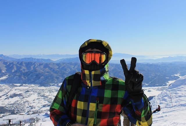 lyžař s přilbou