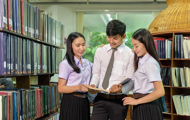 spolužáci v knihovně