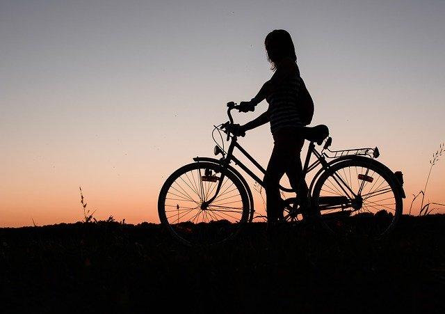 žena na výletě na kole